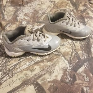 boys nike cleats silver size 10c